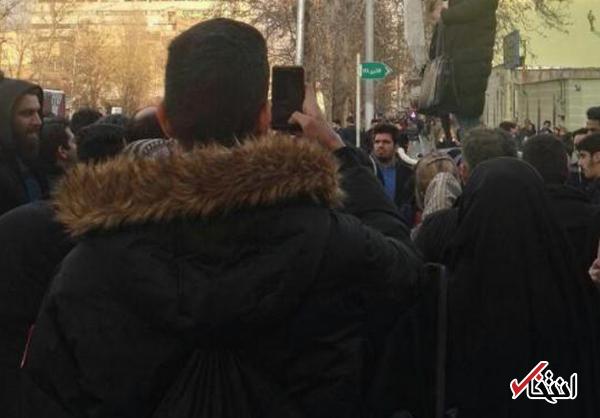 واکنش وزرات کشور به فیلم برخورد پلیس با دختر معترضی که کشف حجاب کرد: برخورد با تخلف باید با رعایت موازین شرعى و قانونى باشد