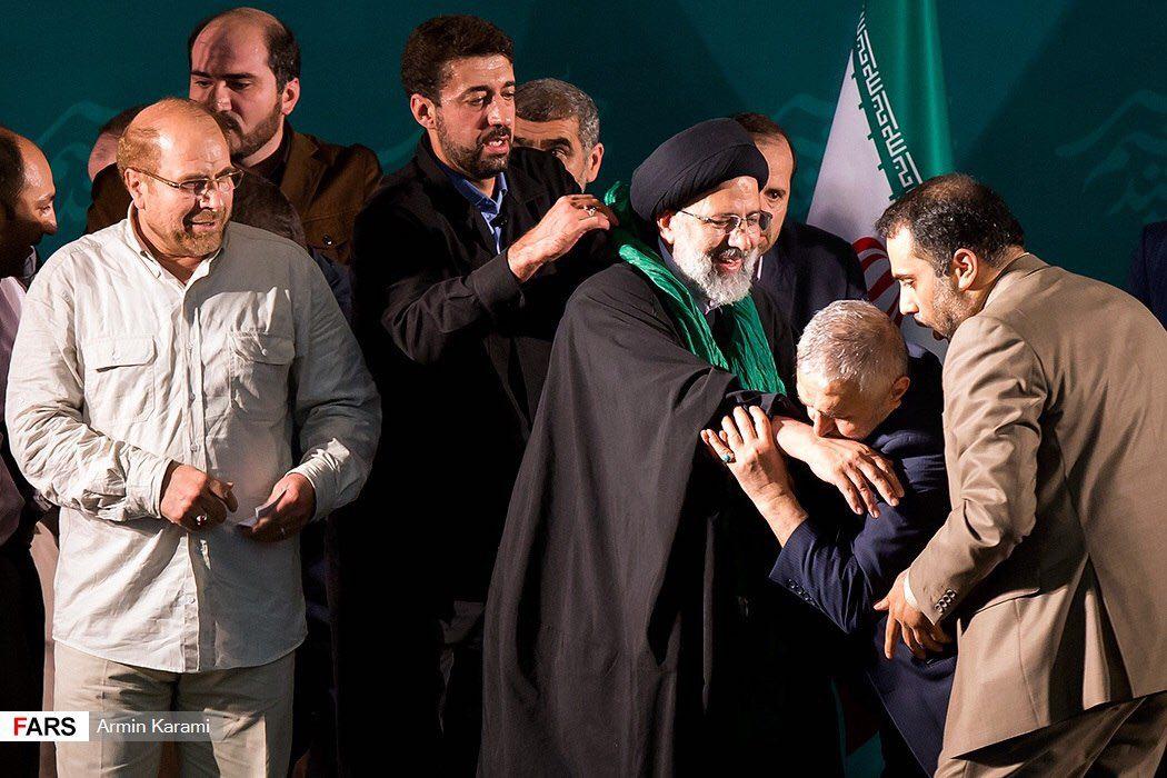 عکس/دست بوسی حاج منصور بر دستان رییسی