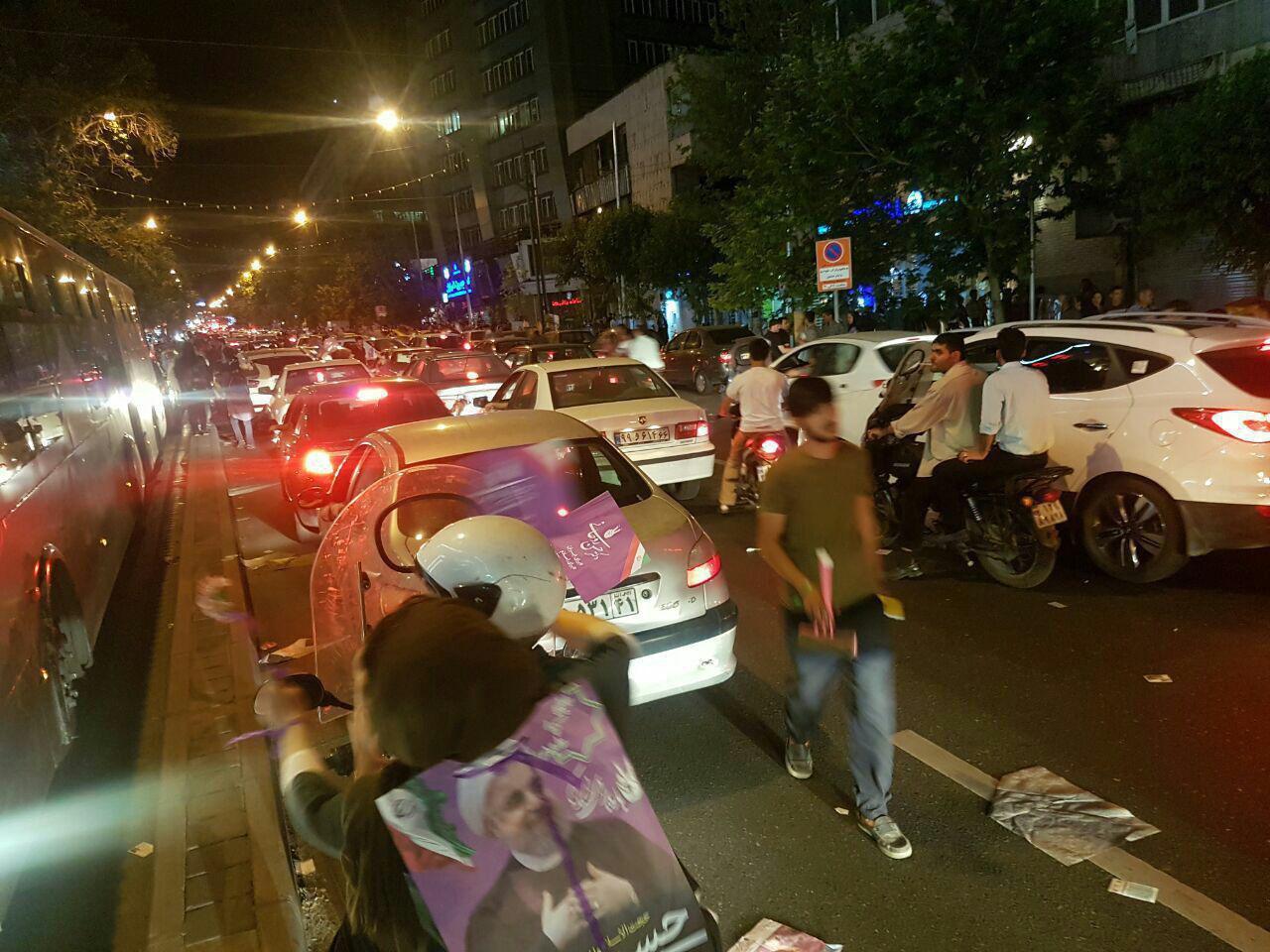 عکس/ترافیک سنگین خیابان ولیعصر (تهران) در ساعات پایانی تبلیغات انتخاباتی