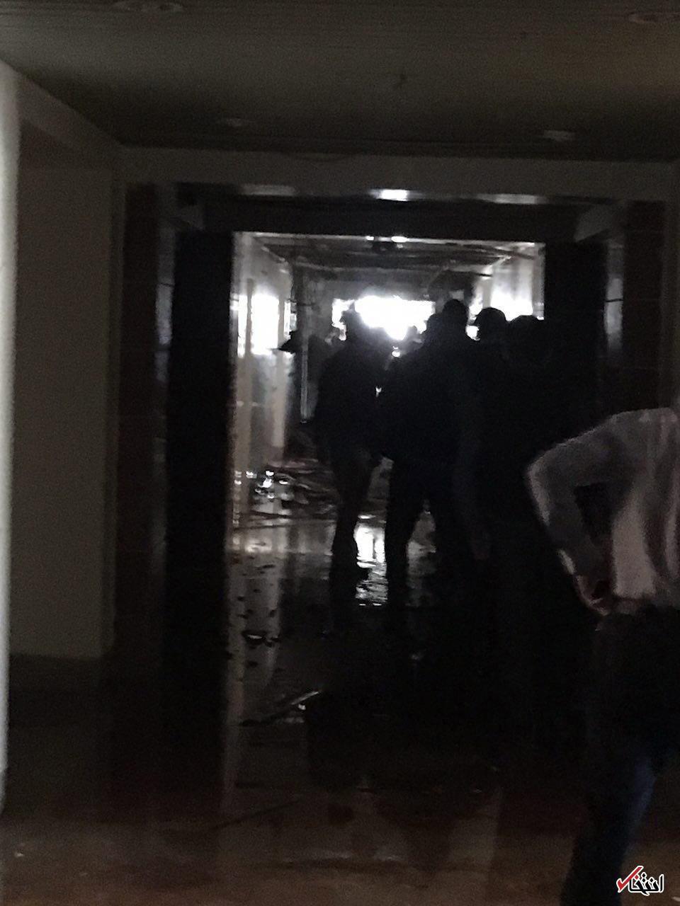 یکی از مهاجمان توسط سپاه دستگیر شد/ دو نفر از چهار تروریستی که به مجلس وارد شده بودند ، بر اثر انفجار جلیقه های خود کشته شدند/ 12 نفر در حادثه تروریستی امروز تهران شهید شدند/ لهجه عربی تروریست های ساختمان مجلس، لهجه  مغرب عربی مثل تونس یا لیبی بوده/ نخستین توضیحات ناجا درباره دو حادثه تروریستی امروز: اوضاع کاملا تحت کنترل است