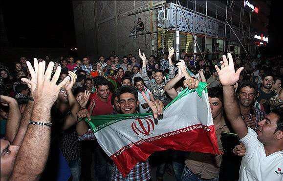 عکس/جشن و پایکوبی شهروندان تهرانی پس از صعود تیم ملی فوتبال ایران به جام جهانی ۲۰۱۸ روسیه