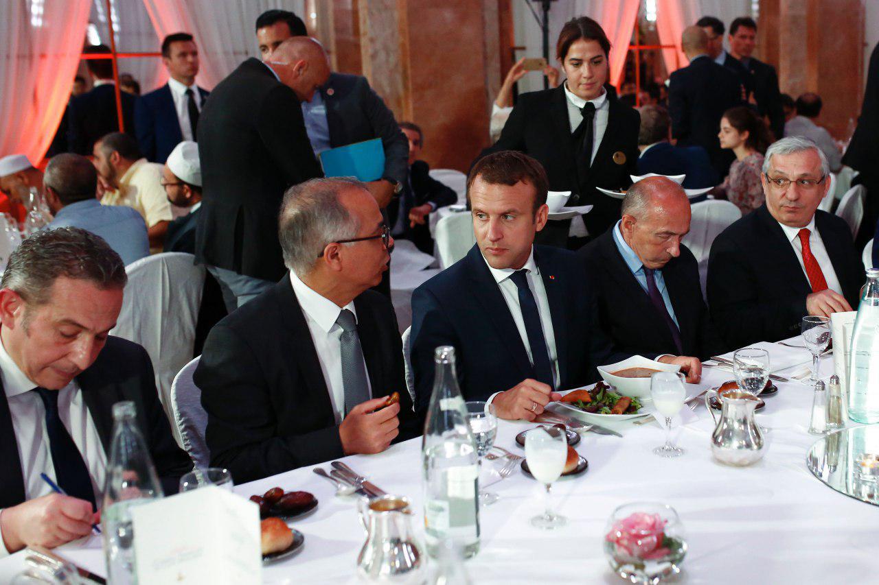 عکس/ حضور رئیس جمهور فرانسه در افطاری مسلمان