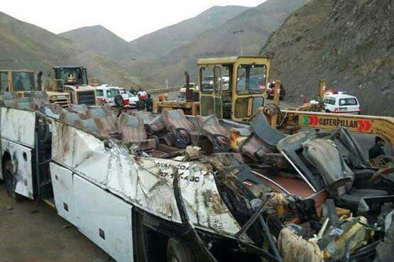عکس / اتوبوس واژگون شده در جاده اصفهان - کاشان