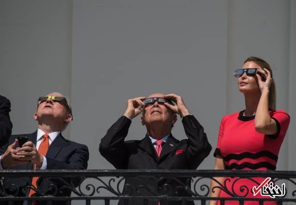 عکس/ ترامپ با همسر و دخترش حال تماشای خورشیدگرفتگی
