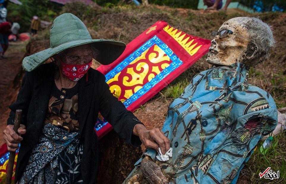 تصاویر : آیین بیرون کشیدن مردگان از گور!