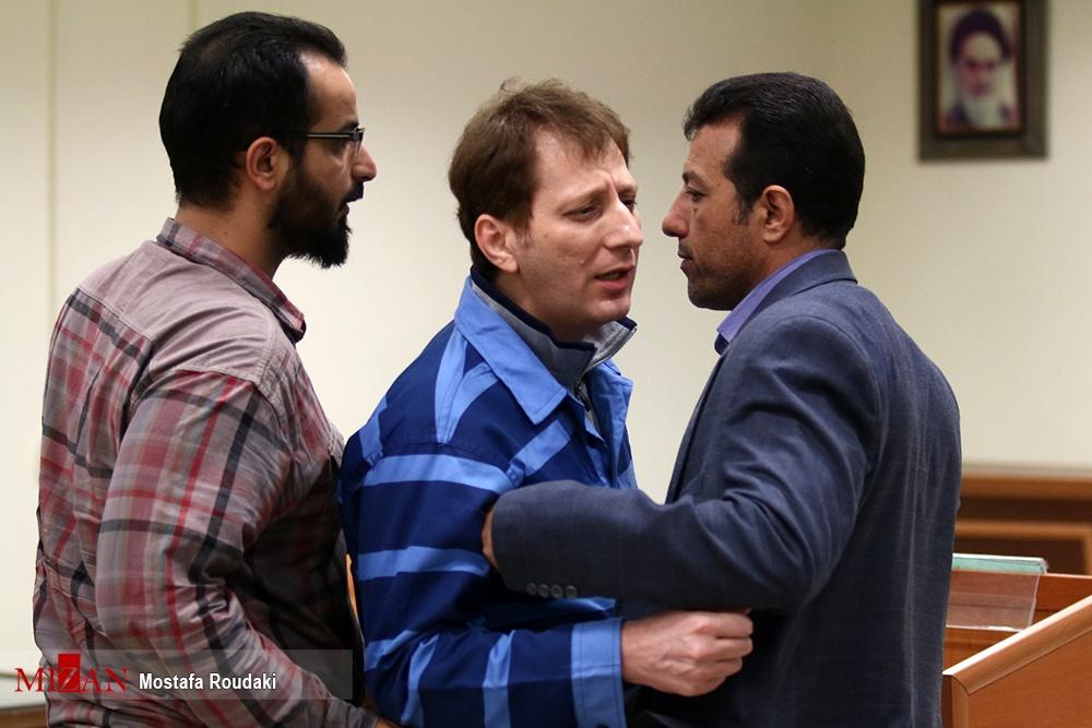 تصاویر/ درگیری لفظی و اخراج بابک زنجانی از دادگاه؛ متهم نفتی در لحظه خروج هم خط و نشان کشید