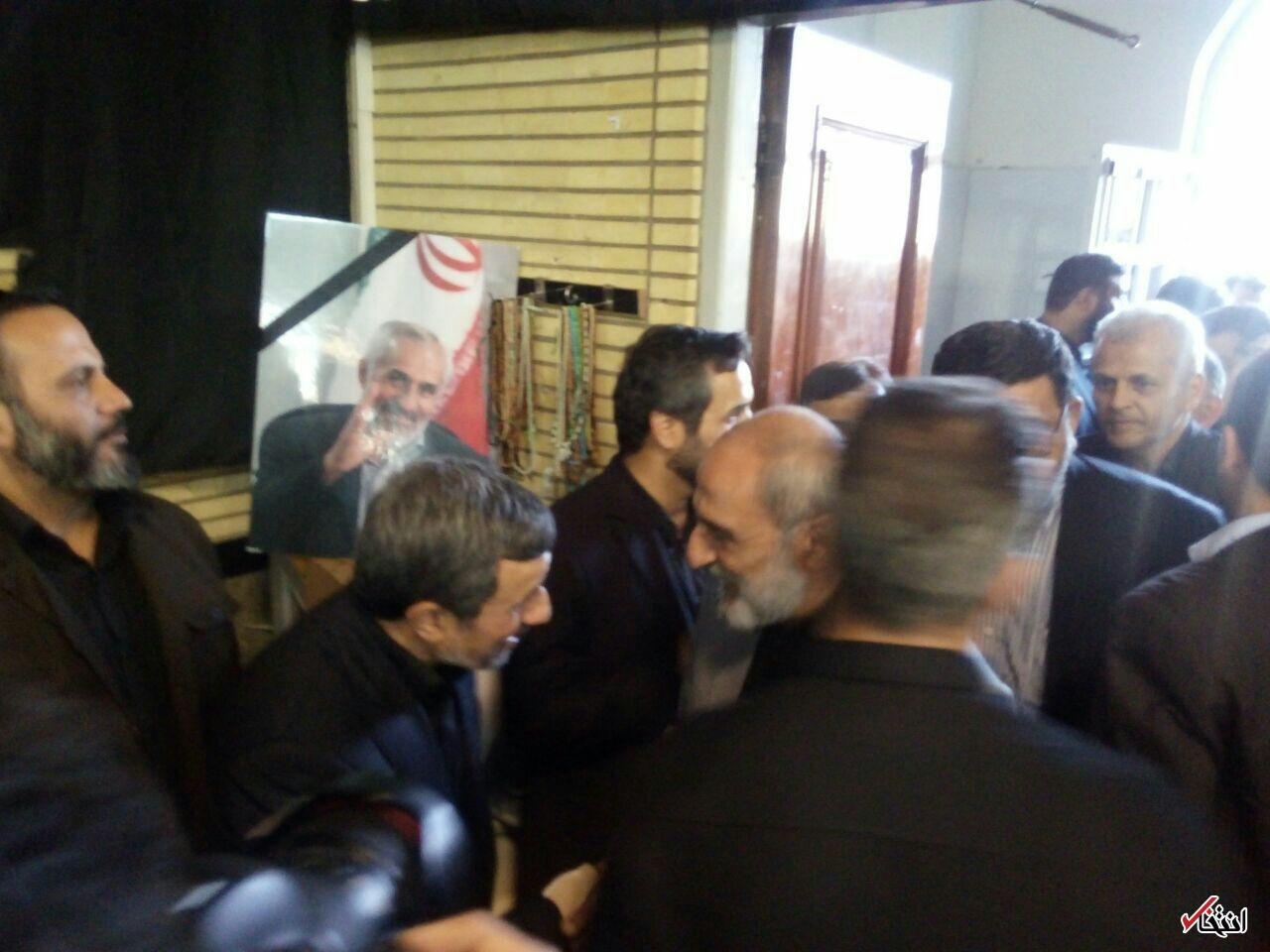 عکس/ رویارویی حسین شریعتمداری با احمدینژاد در مراسم ختم برادرش