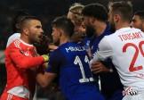 صحنه زشت بازیهای دیشب لیگ اروپا/ تماشاگر بازیکن را کتک زد +عکس