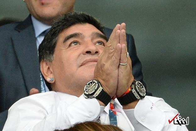 تبریک مارادونا به بازیکنی که به رکورد گلزنی اش رسید