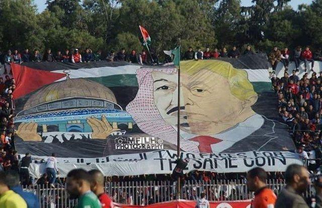 بنر اعتراضآمیز بازیکنان فوتبال الجزایر علیه ملک سلمان و ترامپ / عربستان: این اقدام بدون پاسخ نمیماند