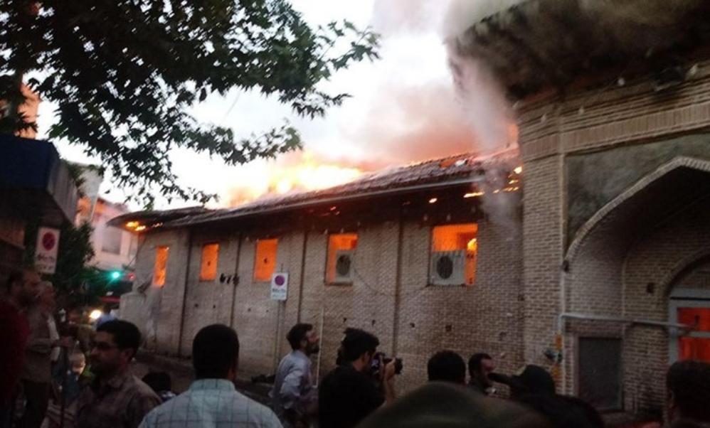 آتش کل مسجد جامع ساری را فرا گرفت/سرایت حریق به مغازههای اطراف مسجد