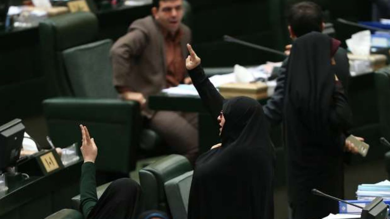 تشنج در صحن علنی مجلس بر سر سوال مطهری درباره رفع حصر از وزیر دادگستری