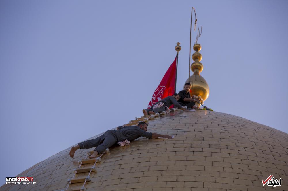 عکس/ غبارروبی گنبد حرم حضرت عباس(ع)