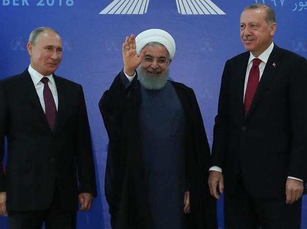 روحانی در نشست تهران: حضور ایران در سوریه در جهت تحمیل رای و نظر خود نبوده و نخواهد بود / جنگ برای جنگ راه غلطی است / راه مردمسالاری از لوله تفنگ نمی گذرد /  مبارزه با تروریسم در ادلب باید ادامه یابد