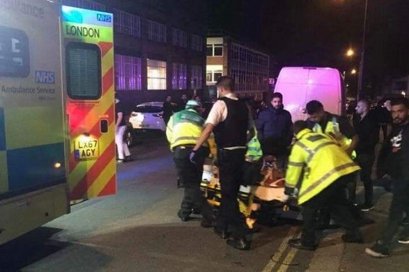 حمله یک خودرو به عابران پیاده مقابل یک مسجد در لندن +تصاویر
