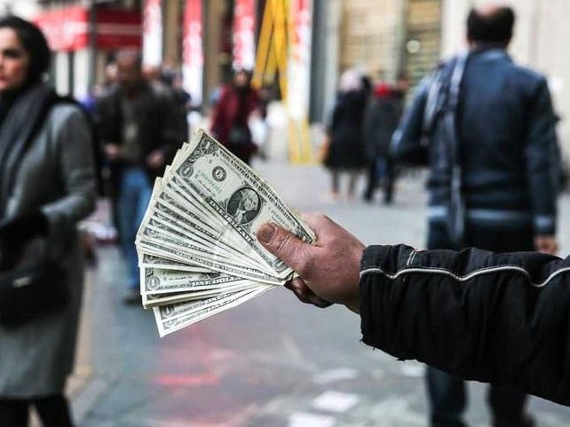 دلالان تهرانی هم دلار را ٨هزار تومان میخرند / سیل عظیمى از جمعیت روانه بازار فردوسى شدهاند
