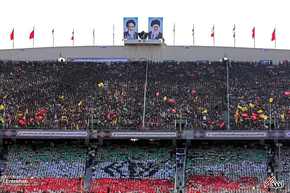 تصاویر : حضور رهبر انقلاب در اجتماع دهها هزار نفری بسیجیان در ورزشگاه آزادی