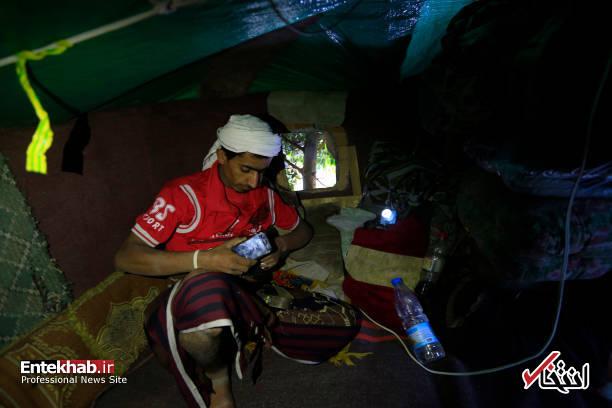 عکس/ زندگی مرد یمنی روی درخت