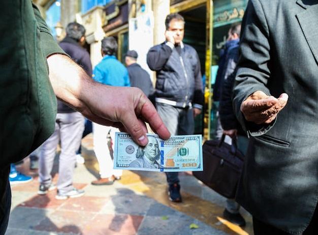 هشدار یک فعال اقتصادی به مردم درباره سرمایهگذاری در بازار دلار: در کشورهای دیگر کسی روی ارز سرمایه گذاری نمی کند / وقتی مردم و افراد غیرحرفهای وارد خرید و فروش ارز میشوند، ریسک بیشتری متوجه آنهاست / اگر ضرری در این بازار رخ دهد، برای مردم عادی بیشتر است