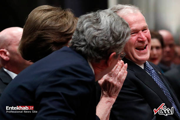عکس/ اشکها و خندههای جورج بوش در مراسم تشییع جنازه پدرش