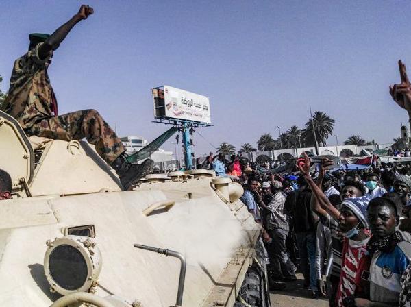 کودتای نظامی در سودان؛ ارتش عمر البشیر را برکنار کرد / العربیه: البشیر اکنون در حبس خانگی است؛  چند مسئول سودانی هم بازداشت شدند؛ شورای انتقالی به ریاست «عوض بن عوف» تشکیل شد / شادی مردم پس از برکناری البشیر / زندانیان سیاسی آزاد شدند