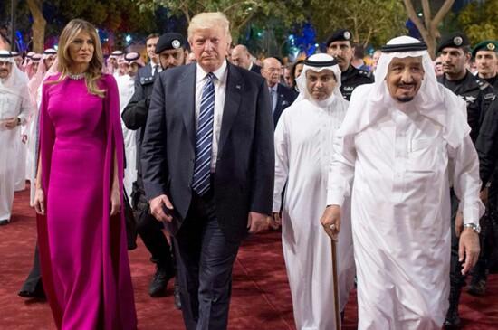 ترامپ: به من گفته بودند شاید ملک سلمان با ملانیا دست ندهد، اما او از بوسیدن دست همسرم دست نمی کشید / به او گفتم جناب پادشاه! 3 بار بوسیدن بس است