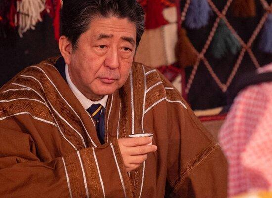 سورپرایز ولیعهد سعودی برای نخست وزیر ژاپن / شینزو آبه عبای عربستانی پوشید +تصاویر
