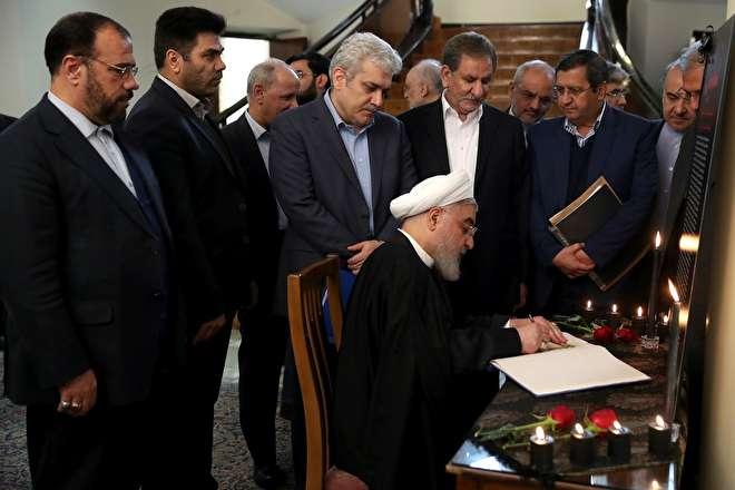 تصاویر : امضای دفتر یادبود جانباختگان حادثه سقوط هواپیما توسط روحانی و اعضای کابینه