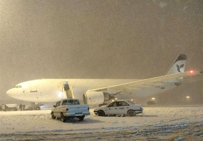 آخرین وضعیت پروازها در هوای برفی امروز / سازمان هواپیمایی: لغو پرواز نداشتیم / پروازهای مهرآباد با تاخیر انجام میشود