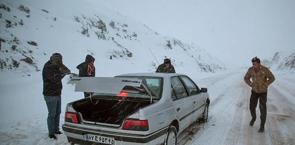 جاده هراز تا اطلاع بعدی مسدود است/ بارش برف و باران در جاده های ۱۹ استان