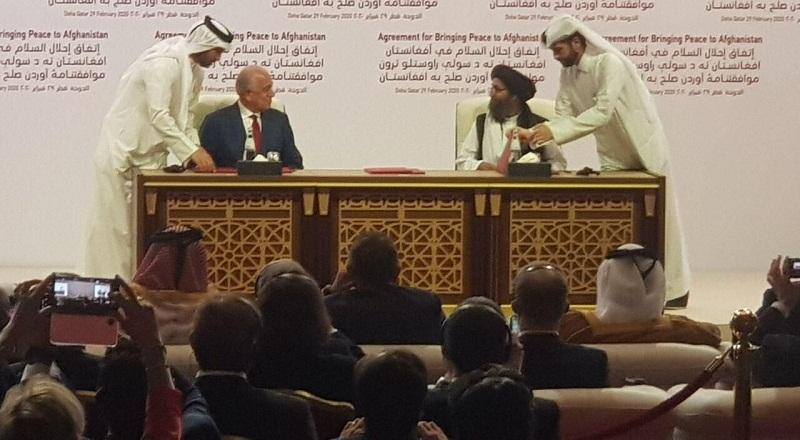 توافقنامه آمریکا و طالبان؛ خلیل زاد و ملابردار موافقتنامه صلح را امضا کردند
