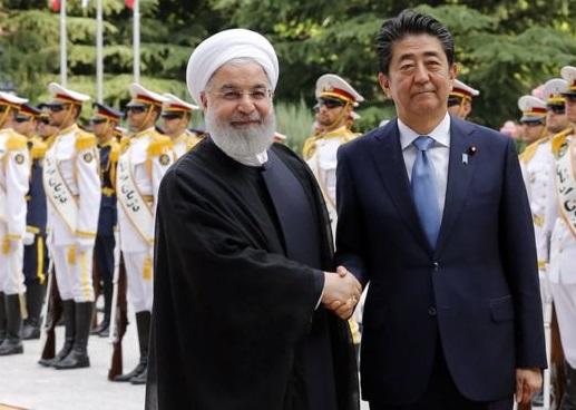 روحانی: آقای نخست وزیر نسبت به آینده خوشبینی قابل ملاحظه ای داشتند و می گفتند «من می بینم تغییرات مثبت در راه است» / اگر جنگ اقتصادی امریکا علیه ایران متوقف شود، شاهد تحول بسیار مثبتی در جهان و منطقه خواهیم بود / از اینکه ژاپن علاقمند به ادامه خرید نفت ایران است، استقبال میکنیم / نخست وزیر ژاپن: امروز اولین قدم برای صلح برداشته شد؛ مطمئنم بزودی شما را دوباره می بینم / امروز با آقای روحانی در مورد صلح و اینکه چطور میتوانیم تنش ها را کاهش دهیم تبادل نظر کردیم / برای تحقق صلح، نباید ناامید شویم؛ راه پیش رو باز است، باید صبر و شکیبایی داشته باشیم