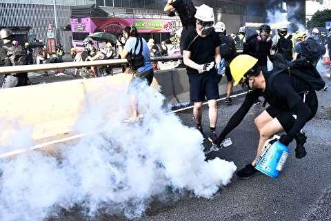 تصاویر : خاموش کردن گاز اشکآور با بطری آب در هنگکنگ