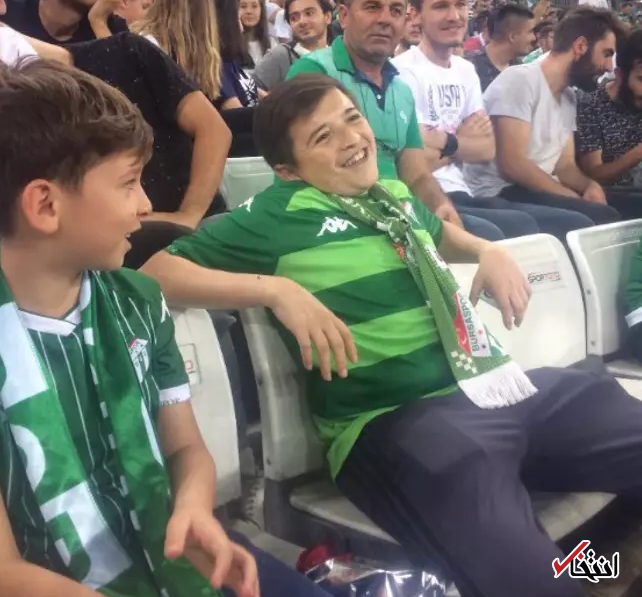 تصویر سیگار کشیدن کودک 10 ساله در مسابقات فوتبال ترکیه جنجالی شد