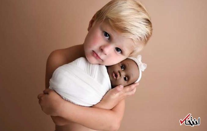 هنجارشکنی جالب یک کودک با عروسک رنگین پوستش جنجالی شد+ تصاویر