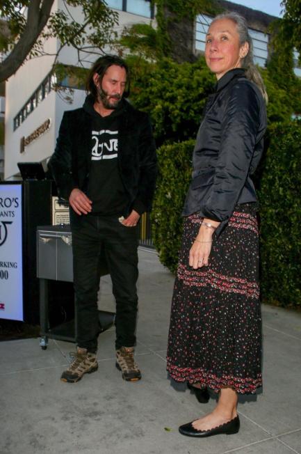 چرا اغلب افراد از دیدن کیانو ریوز و نامزدش شوکه شده اند؟ / کلیشه رابطه ستارگان هالیوود با دختران بسیار جوان شکست