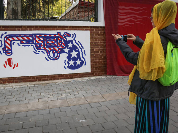 رونمایی از نقاشیهای ضد آمریکایی جدید در تهران