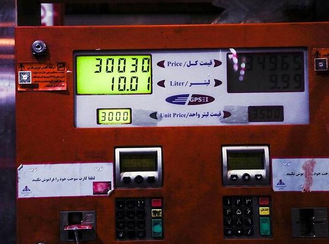 هرآنچه باید درباره سهمیه بندی بنزین بدانیم / هر خودرو چقدر سهمیه دارد؟ / آیا می توان سهمیه هر ماه را در ماه های بعد استفاده کرد؟ / کسانی کارت سوخت نگرفته اند، سهمیه بنزین آنها از بین می رود؟ / آیا سهمیه خودروهای دوگانه سوز با خدروهای بنزینی برابر است؟