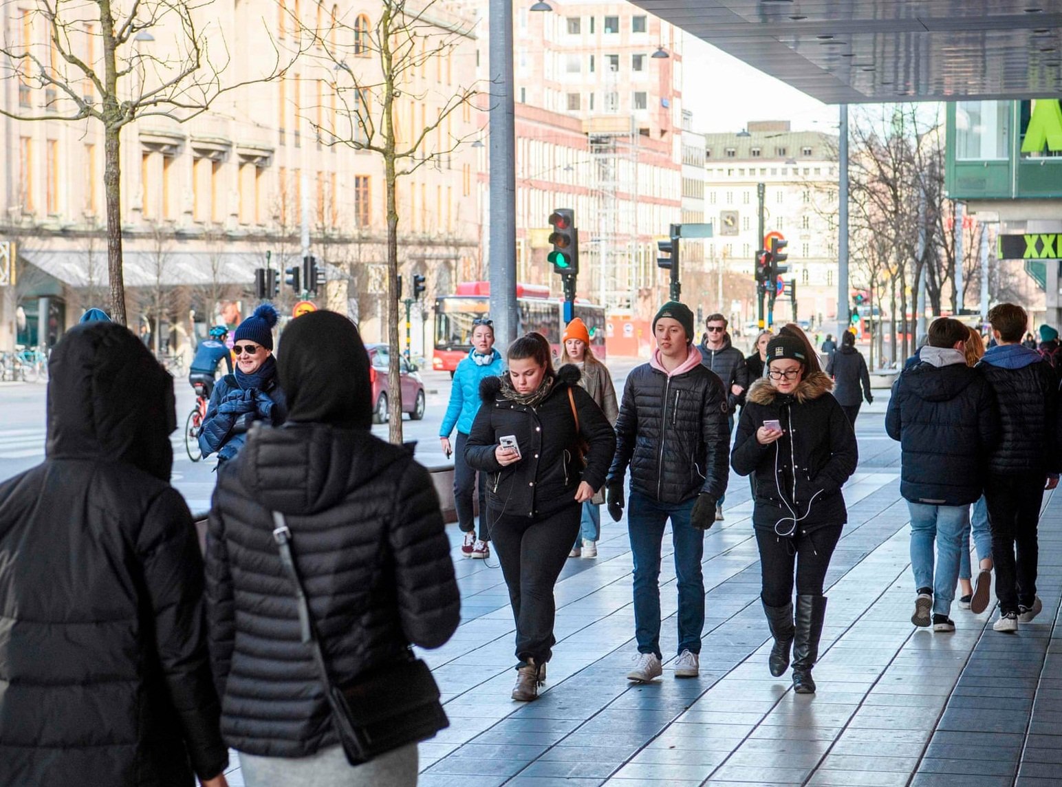 تجربه متفاوت سوئد در «همزیستی با کرونا» / رستورانها، کارخانهها و حتی آرایشگاهها تعطیل نیستند، اما پروتکلهای خاصی را اجرا میکنند / آموزش مجازی برقرار است و تجمع بیش از ۵۰ نفر ممنوع / تکیهگاه سوئد، همکاری و اعتماد مردم است