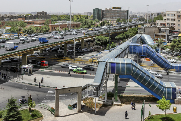 نصب پل عابر پیاده کابلی در ضلع غربی زیرگذر گیشا